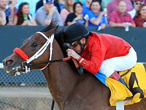 Blueeyesintherein wins the Instant Racing Stakes.