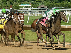 Fortune Pearl wins the 2014 Delaware Oaks.