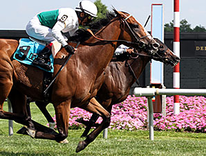 Holiday Star wins the 2015 Cape Henlopen Stakes.