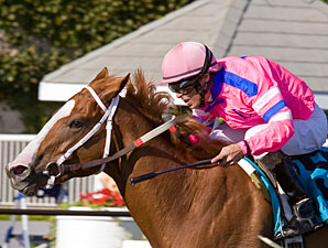 Wonderlandbynight wins the 2010 Arlington-Washington Lassie.