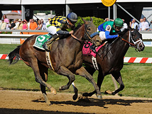Awesomemundo's Big Kick Wins DuPont Distaff